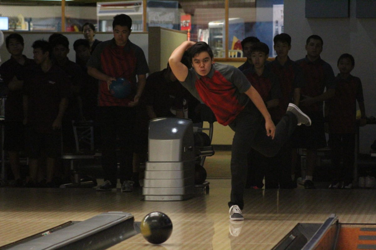 Dylan+Shugart+bowling+at+K-Bay+Bowling+Alley.+Photo+by+Noah+Tamura+2017.