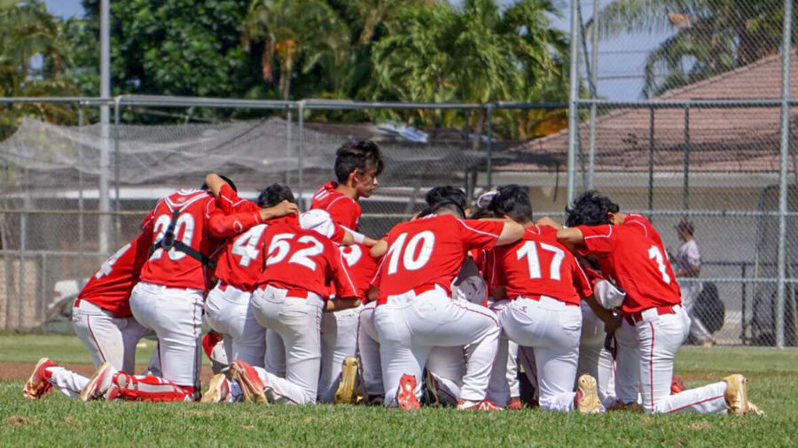 Kalani huddled up before playing Castle High School on April 13. They won 9-1. Photo by Sheri Tengan 2018.