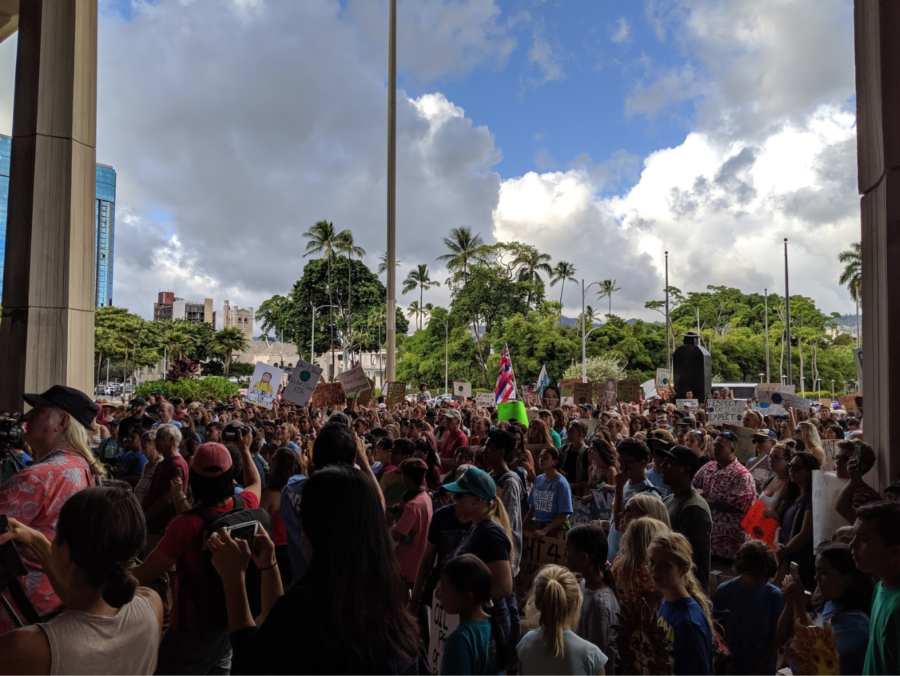 Oahu+residents+line+the+Hawai%E2%80%99i+State+Capitol+building+in+hopes+to+push+for+government+action+against+climate+change+on+Sept.+20.+Over+1%2C500+people+showed+up%2C+Climate+Strike+Hawaii+reports%2C+from+two+headcounts+taken+at+the+event.+Hundreds+of+strikes+took+place+simultaneously+across+the+United+States+and+thousands+of+people+of+all+ages+gathered.+Photo+by+Lucy+Fagan+2019.+
